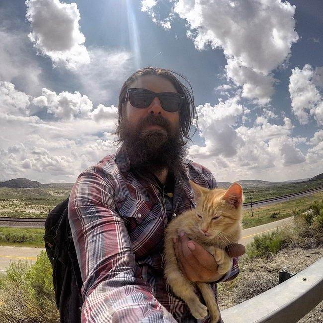 ไบค์เกอร์ หน้าโหดแต่จิตใจมุ้งมิ้ง  ได้ช่วยเหลือแมวจรจัดก่อนที่จะพา ซิ่ง ด้วยกันไปตลอดไป